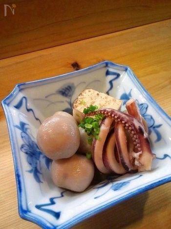 こちらはイカと一緒に炊いたレシピ。イカの色が移り、ほんのり赤色に染まった里芋が綺麗です。イカの旨味によって深みのある味わいに仕上がりますよ。