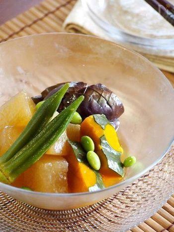 「冬」と名に付く冬瓜ですが、こちらも夏野菜の一つ。そんな冬瓜をオクラやなすなどと一緒に炊き合わせにしたレシピです。しっかり冷やせば、夏にぴったりのおかずに。