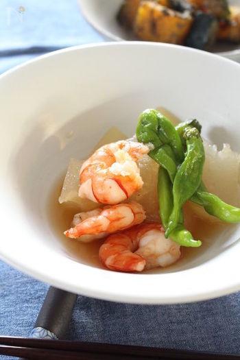 エビの赤とししとうの緑が美しい炊き合わせのレシピ。家庭料理だけでなく、おもてなしで出しても映えそうです。夏は冷たく冷やして、寒くなってくる秋冬には温かいまま召し上がれ!