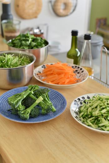 サラダに使える野菜は、洗ってカットしておいたり、ゆでておくだけでも、サラダがさっと作れて便利です。前の日に用意するなら、水をたっぷりはって入れておくと、みずみずしいサラダがいただけます。