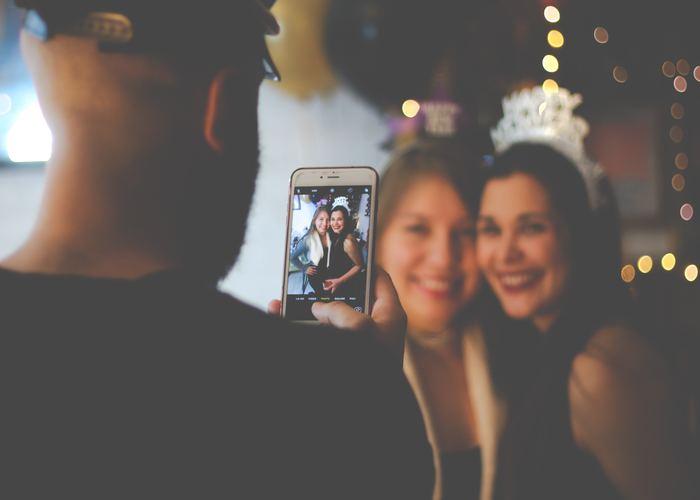 パーティーの写真で一番大事なのが集合写真ですよね。お友達と、最高の笑顔で写りましょう!装飾があればそこを背景にして撮影すると、全体の雰囲気が残る記念写真になりますよ。