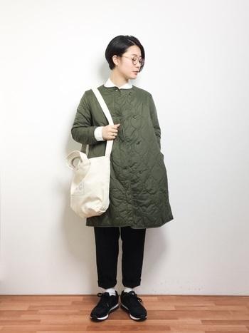 薄手なのですっきりと着られるライナージャケット。長め丈のコートタイプは寒い時期でもアウターとして活躍します。シャツの襟を出すのがおしゃれですね。