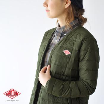ダントンのインナーダウンはシンプルなデザインと機能性で人気です。こちらはロングジャケットタイプ。コートのインナーとして十分な暖かさを保ちます。