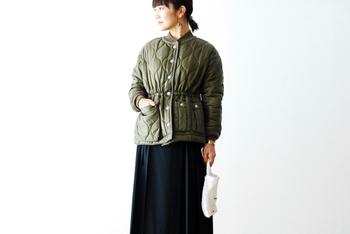 ヴィンテージのフライトジャケットに装着するライナージャケットをアレンジしてデザインされた軽量なジャケットです。ウエストを絞ることもできるデザインなので、女性らしい着こなしもできます。