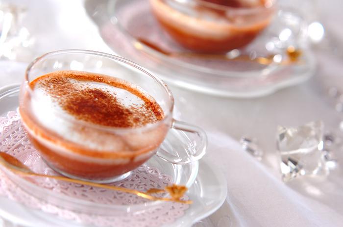 フランボワーズピューレを加えたショコラショー。上品な酸味とココアの甘さがミックス、生クリームでなめらかなコクを加えて。