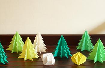 折り紙を使って折り上げるクリスマスツリーと、ペーパーダイヤモンドです。ハンドメイドの温かみが伝わってきます。同系色の落ち着いた色合いの折り紙でグラデーションにするのも大人の雰囲気かもしれませんね。