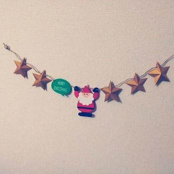 サンタや星を色画用紙で作って、ガーランドに。壁に飾っても可愛いですし、クリスマスツリーに巻き付けたり、サンタや星だけ外して、オーナメントにすることも出来ます。ゴールドの色画用紙を使えば、ちょっぴりゴージャスになりますよ♪