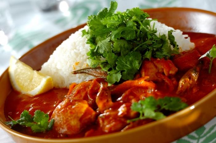 パクチーをたっぷり乗せた、タイ風のエスニックカレー。鶏もも肉は火が通りやすいので、炒めすぎないのがジューシーに仕上げるポイント◎仕上げにレモンを添えて、さわやかな香りも一緒に楽しみましょう♪