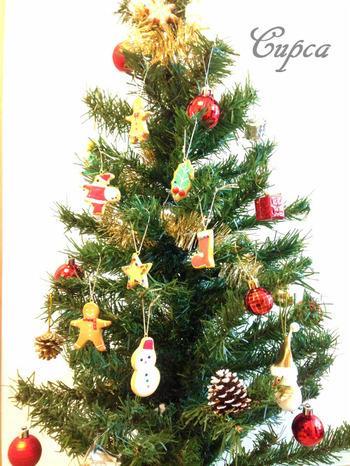 粘土とアクリル絵の具、ニスなどを使って作られたアイシングクッキー風のクリスマスオーナメント。本物のクッキー型を使って作られているのだとか。思わず食べてしまいたくなりそうですね。