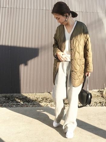メンズライクなライナージャケットを女っぽく着るなら、ホワイトやグレーなど薄い色と組み合わせるのがおすすめです。ほどよく柔らかな印象になります。