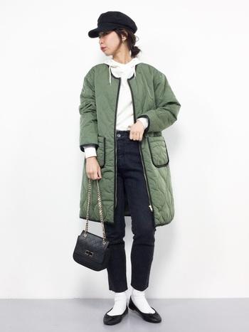 ライナージャケットはノーカラーのデザインが多いので、パーカーのフードを出して着るのにぴったりです。カジュアルなコーディネートには、パンプスやチェーンバッグなど女性らしいアイテムをプラスしてみて。