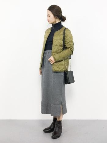 カジュアルなインナーダウンをシックに着こなしたコーディネートです。タートルネックのトップスやタイトスカートなど、体型にフィットするアイテムを選ぶことで、女性らしい雰囲気になります。