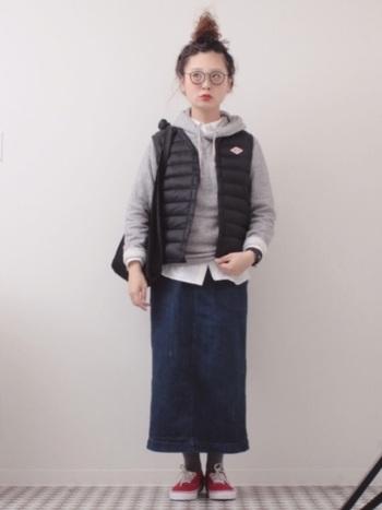 ベストタイプのインナーダウンは、パーカーとの相性が良いんです。デニムのタイトスカートを合わせて、縦ラインを作るとスタイル良く見えます。