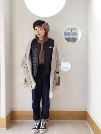 インナーダウンだけでは寒い時期には、大判のショールをアウター風に羽織って。おしゃれで暖かいコーディネートの完成です。