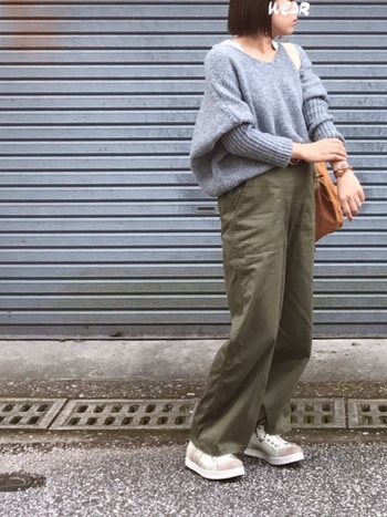 ボリューム袖のニットは1枚着るだけで今年っぽいコーディネートが楽しめるおすすめアイテムです。ゆるっとしたシルエットですがVネックで顔周りはすっきりと。