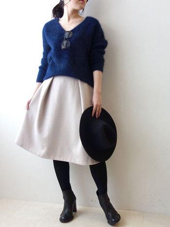 Vネックは鎖骨を美しく、顔もシャープに見せてくれる頼もしい味方。タック入りのスカートも体のラインを拾わずスタイルを良く見せてくれます。ぜひベレー帽もあわせて今年らしくきめたいですね!