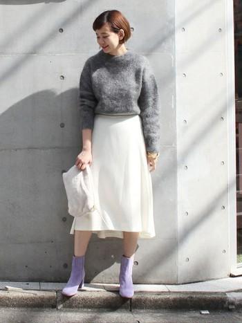 """""""モヘア""""という素材だけでもかわいらしい印象になりますが、モヘア+スカートでより女性らしいコーディネートに。「グレー×ホワイト」といったベーシックカラーに優しいラベンダーカラーのショートブーツを組み合わせたコーデもおしゃれです。"""