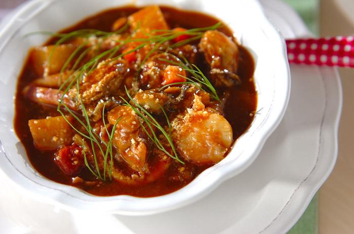 水煮トマトとデミグラスソースを使った、優しい味わいのシチューレシピ。シーフードをたっぷり加えて、贅沢な味わいに。隠し味にカレー粉を入れて、風味豊かに仕上げています。ワインとの相性がぴったりなので、お家バル料理としてもおすすめです◎最後にディルを飾れば、彩りも豊かでおしゃれな一品に。