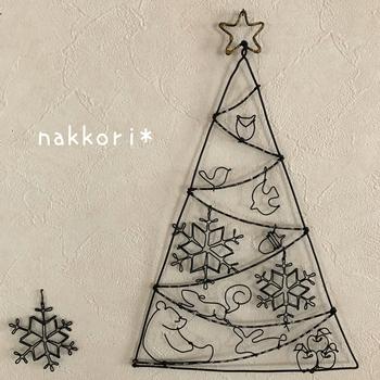 コツさえつかんでしまえばさっと作れるワイヤーアートは季節のモチーフ作りにもぴったり。クリスマスらしいモチーフが楽しいツリーの壁掛け/吊り下げオブジェ。