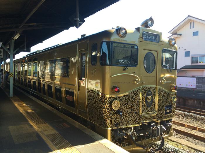 ゴールドの電車の壁紙