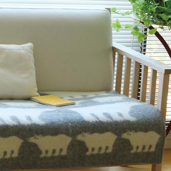 膝にかけるだけでなく、ソファーの敷き物としても利用できます。座っていると気持ちよすぎて動きたくなくなってしまいそう。 90×130cmと程よい大きさなので、お仕事用のひざ掛けなどにもおすすめです。