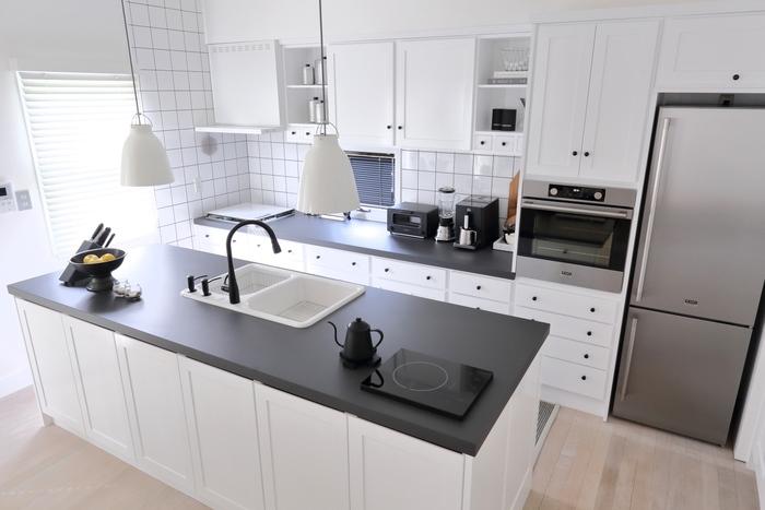 白が基調のキッチンにすっとなじむ、白いランプシェードのペンダントライト。さりげないのに、洗練されていておしゃれな印象ですね。
