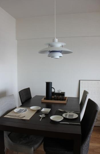 デンマークの照明ブランド「ルイスポールセン」のライト。モノトーンのスタイリッシュなダイニングとの相性がいいですね。