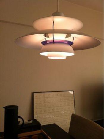 ルイスポールセン社の照明は人気が高いので、目にしたことがある方も多いかもしれませんね。ランプシェードの洗練されたデザインだけでなく、柔らかな光の差し具合も魅力です。