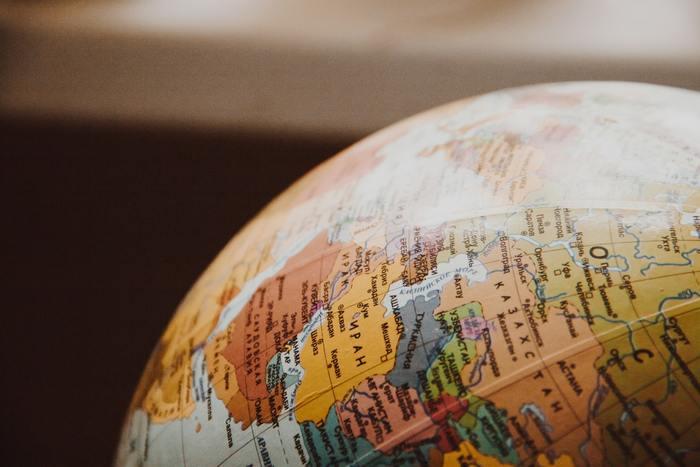 スキマ時間に地図を眺めて、知らない国を探してみましょう。新聞やテレビで見聞きした気になる国を探してみるのもいいですね。