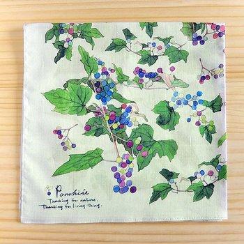 さまざまな紫が美しい水彩画の野ぶどう。季節で柄を選ぶ着物のようにハンカチを選んでみるのもいいですね。繊細な色使いがエレガントです。