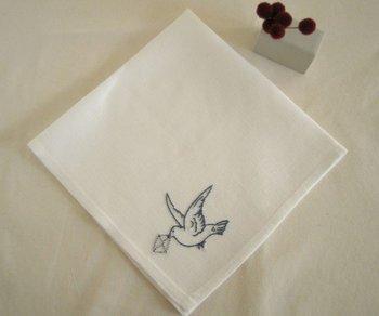 お洒落な動物モチーフの定番「鳥」は人気の柄。手刺繍なら、小さなワンポイントでも大きな存在感。温かな空気を運んで来てくれるようです。