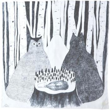 まるで絵本の1ページのような、物語性のある一枚。擬人化されたフクロウと猫のような…想像力を掻き立てられる不思議でアートなハンカチですね。