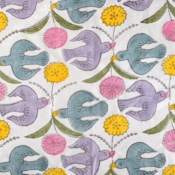 木版なら、刺繍とはまた違った温かさがありますね。全面プリントでもとても柔らかな優しい雰囲気です。ハンカチを手に取るたびに幸せな気持ちになれる、そんな鳥模様。