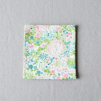 こんなかわいいお花畑がバッグの中にあったら素敵ですよね。柄だけでなく、素材もダブルガーゼで優しいハンカチです。