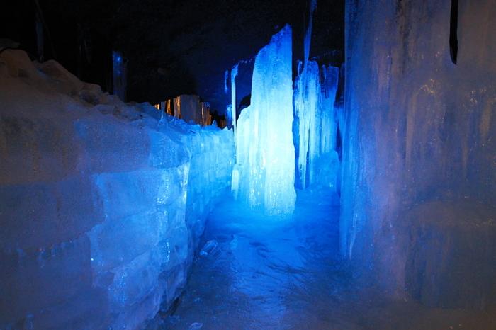 青樹ヶ原樹海にある総延長約200メートルの横穴式の洞窟「富岳風穴(ふがくふうけつ)」。平均気温は3度と夏でも涼しく、昔は天然の冷蔵庫として使用されていたのだとか。