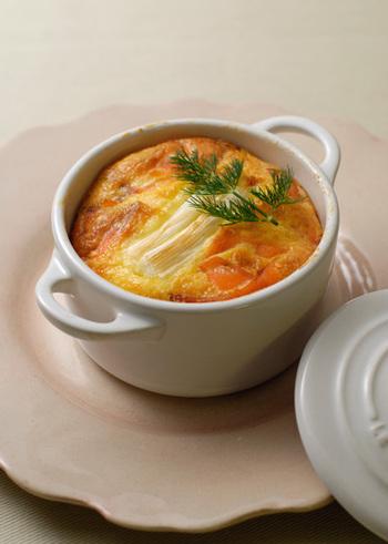 ポロ葱はフランス料理によく使われる食材で、太くて甘い白い部分がとても美味しい葱です。ポロ葱のほか、ポワロー、リーき、西洋葱などの呼び名があります。ポロ葱が手に入りにくい場合は、下仁田葱など白ネギの甘みの強い部分を使っても美味しくできます。