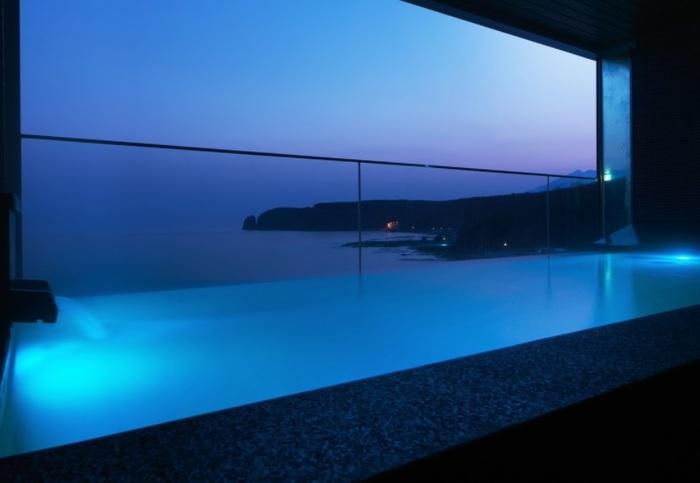 西館8階にある温泉大浴場内の露天風呂「汐音」。泉質はナトリウム-塩化物泉で、自家源泉から汲みあげています。