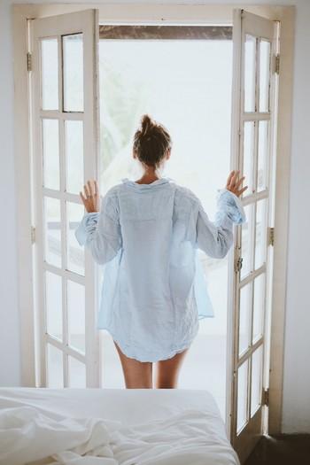 窓を開けて、朝の清々しい空気の中で深呼吸をすると、気持ちがよくて新しい空気に満たされるよう。