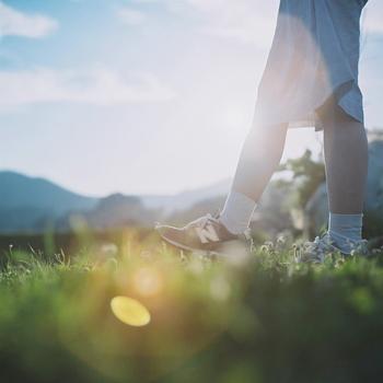 朝の空気がすがすがしくて気持ちのいいもの。朝日が注ぐ中、ゆったり散歩すると気持ちも体もリフレッシュ。