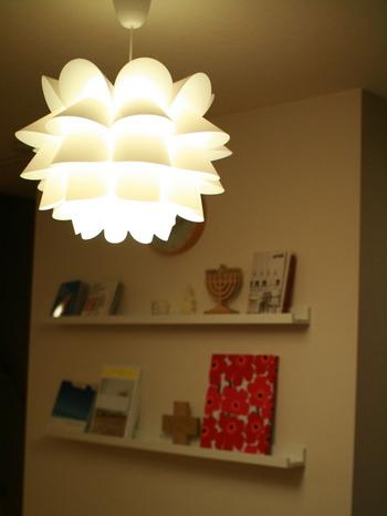 お部屋を明るく照らすだけでなく、インテリアとしての要素も強い照明。そのデザインはもちろん、どのような色合いの光なのか、どれくらいの明るさなのかによってもお部屋の雰囲気は変わります。