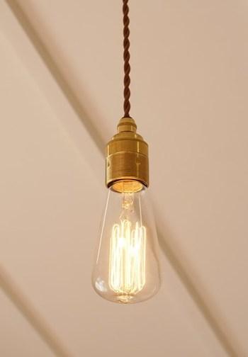 エジソン電球とは、フィラメントが見えるタイプの電球のことで、レトロでクラシカルな雰囲気を醸し出してくれます。 本当にエジソンが発明した当時のものを再現したタイプのものだと明るさが不十分な場合もありますが、明るく光熱費も安いLEDのものもあります。