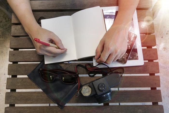 旅の体験をさらに豊かにしてくれる旅ノート。旅の思い出がぎっしり詰まった旅ノートは、一生の宝物です。旅の計画から、旅の途中での発見や感じたことなどを詳細に残しておくことで、旅のキラキラとした瞬間やインスピレーションを1冊のノートの中にずっと大切に収めておくことができます。次の旅行では、ぜひ旅ノートに挑戦してみてくださいね。