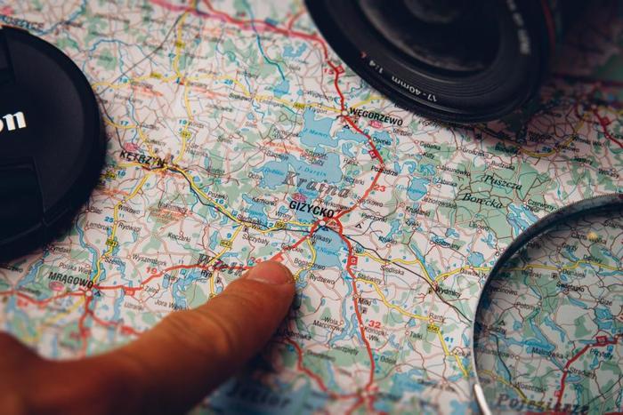 行く先の駅周辺や、観光スポット周辺の地図を、あらかじめ調べて置きプリントしてノートに貼り付けます。立ち寄りたいお店や、訪れたい場所に印をつけておけば、旅行中に迷うことがありません。旅行中にメモや電話番号を書き足せるように、余白も残しておきましょう。