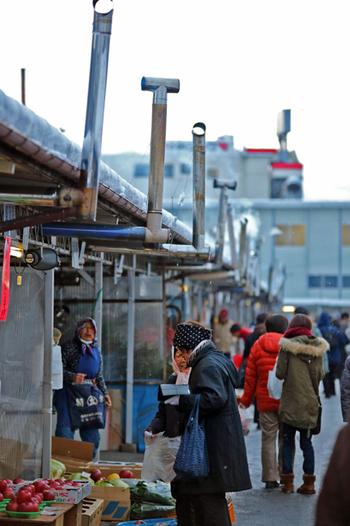 もし朝早くから散策できる方は、神子田の朝市にも立ち寄ってみてください。月曜日を除いて通年で開かれている朝市は全国的にも珍しいと言われています。地元の新鮮野菜や果物、漬物やお惣菜が所狭しと並びます。