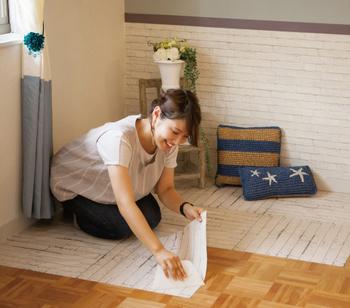 四角いタイプは、壁はもちろん、床にも使いやすい!