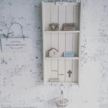 100円ショップDIYではもう定番でしょうか?すのこを使った手作り棚です。 ちょっとした小物を飾るのにぴったりなデザインですね。
