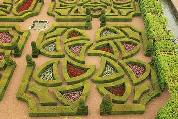 まるで誰かが空から絵を書いたような色、曲線が植物で表現されており思わず写真をパチリと何枚もとってしまいそうです。こちらは4つのゾーンからなる「愛の庭(ジャルダン・ダムール)」という名の物語のあるお庭です。