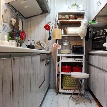 シートを貼ったとは思えないほどキレイな仕上がりですね。 床や壁だけでなく、家具にも使えますよ。