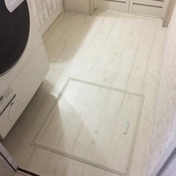 床にも使えるので、お部屋に一体感を出しやすいですね。 ペンキと違って塗料が飛んだりして他の部分が汚れてしまう心配もないので、家具や小物が置いてあっても作業しやすいです。