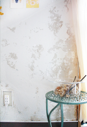 壁をシャビーシックに塗り替えると、お部屋全体の雰囲気がガラッと変わります。 ホワイトとグレーのバランスが絶妙で、明るい中にも落ち着きが感じられて素敵ですね。